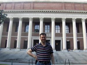 Undertegnede foran Widener - biblioteket på Harvard
